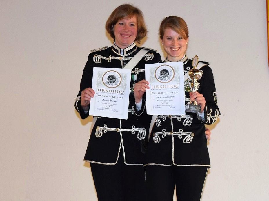 Die Vereinsmeister bei den Damen: Yvonne Macey 2. Platz und Tonja Sladitschek 1. Platz