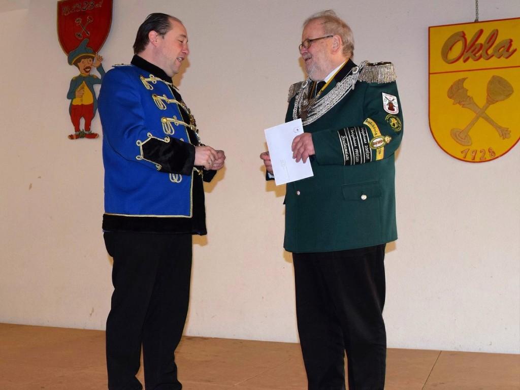 Bezirksbundesmeister Mike Kunze überreicht Hans-Joachim Hofer den Königsorden für seine bald endende Zeit als Bezirkskönig