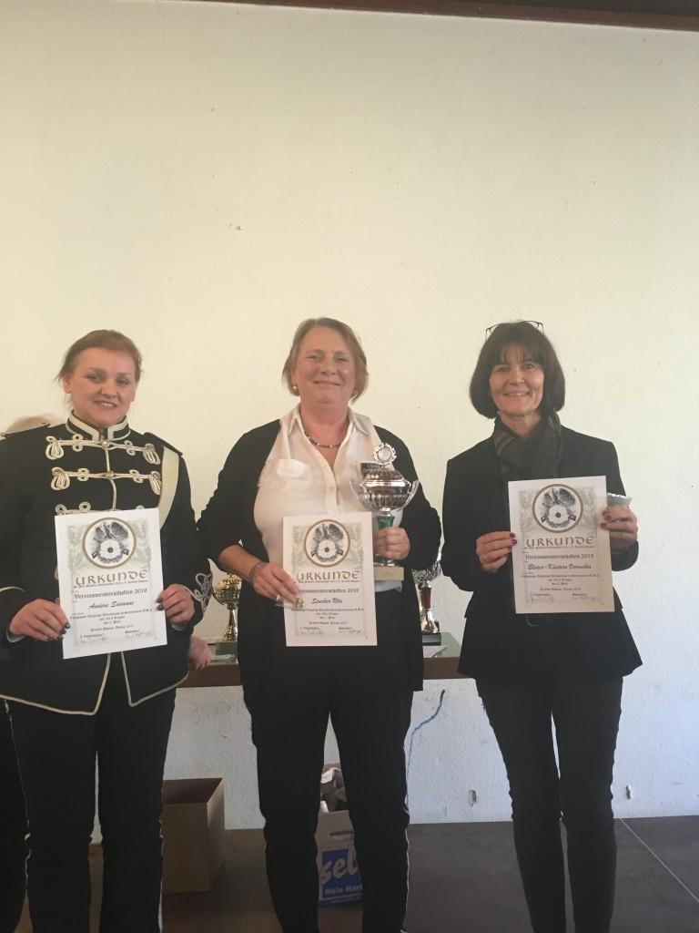 Sieger Seniorinnen: 1. Uta Specker (mi), 2. Susanne Anders (li), 3. Veronika Bloser-Küsters (re)