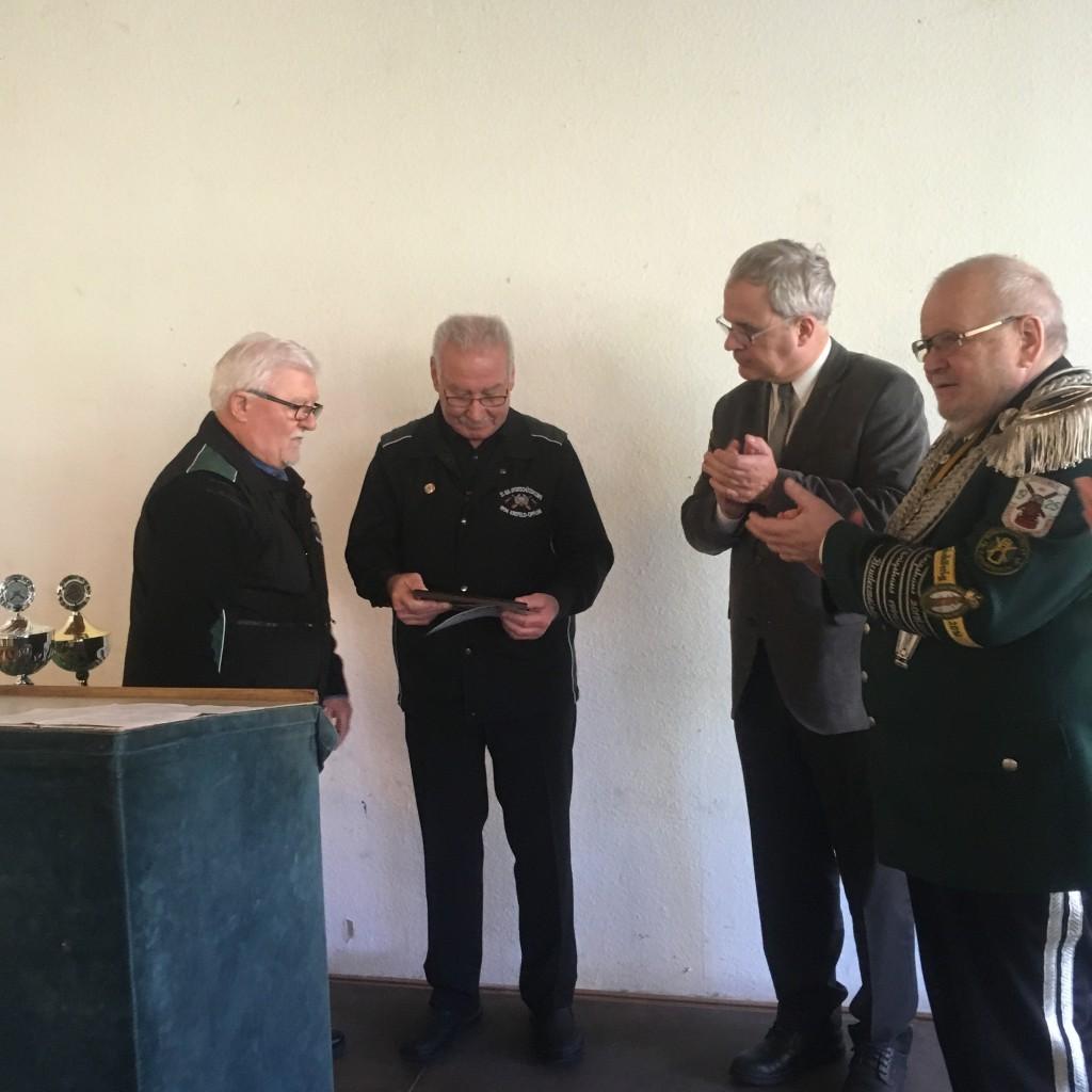 Vereinsmeister Horst Beckers mit Präsens Hans Russmann und Brudermeister Hans-Joachim Hofer